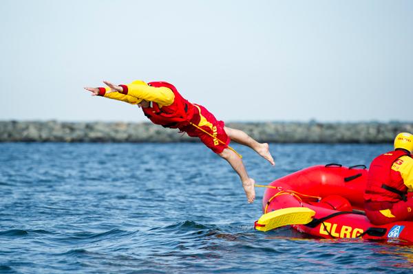 Jannes springt aus dem IRB ins Wasser