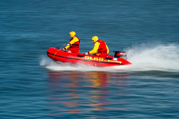 Die Rettungsschwimmer fahren mit dem IRB zur Unglücksstelle